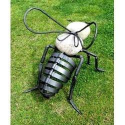 Včela - kovaná socha /...