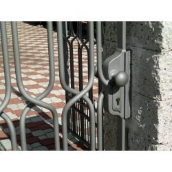 Kovaná brána - koule klika